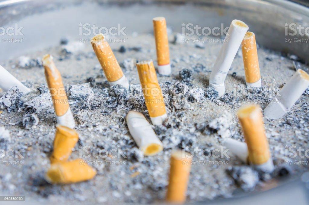 Rauchten Zigarettenkippen im Aschenbecher – Foto