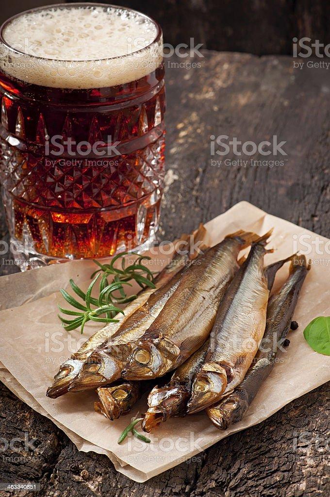 ger ucherter fisch mit bier stock fotografie und mehr bilder von alkoholisches getr nk istock. Black Bedroom Furniture Sets. Home Design Ideas