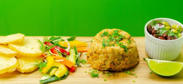 Bolo de peixe haddock defumado com fatias de batatas fritas e salada mista - foto de acervo