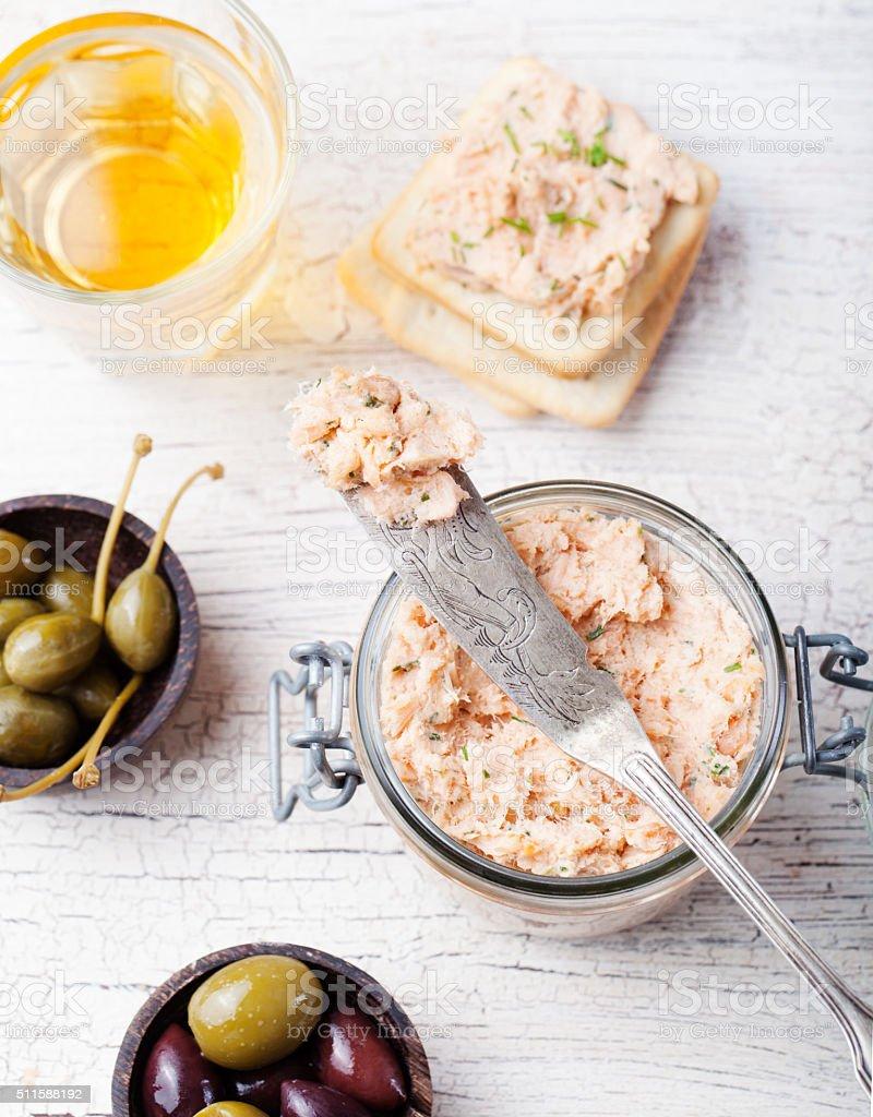 Salmão defumado e queijo macio, musse, patê com biscoitos salgados - foto de acervo