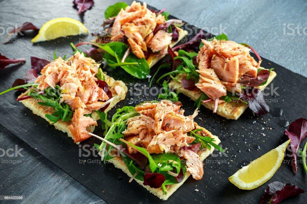 Flocos de salmão fumado sobre cama de salada e batata irlandesa emagrece lanches, petiscos - foto de acervo