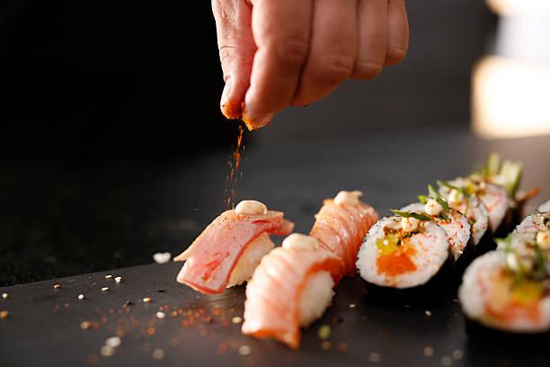 スモークサーモンの握り寿司ます。 - 寿司 ストックフォトと画像