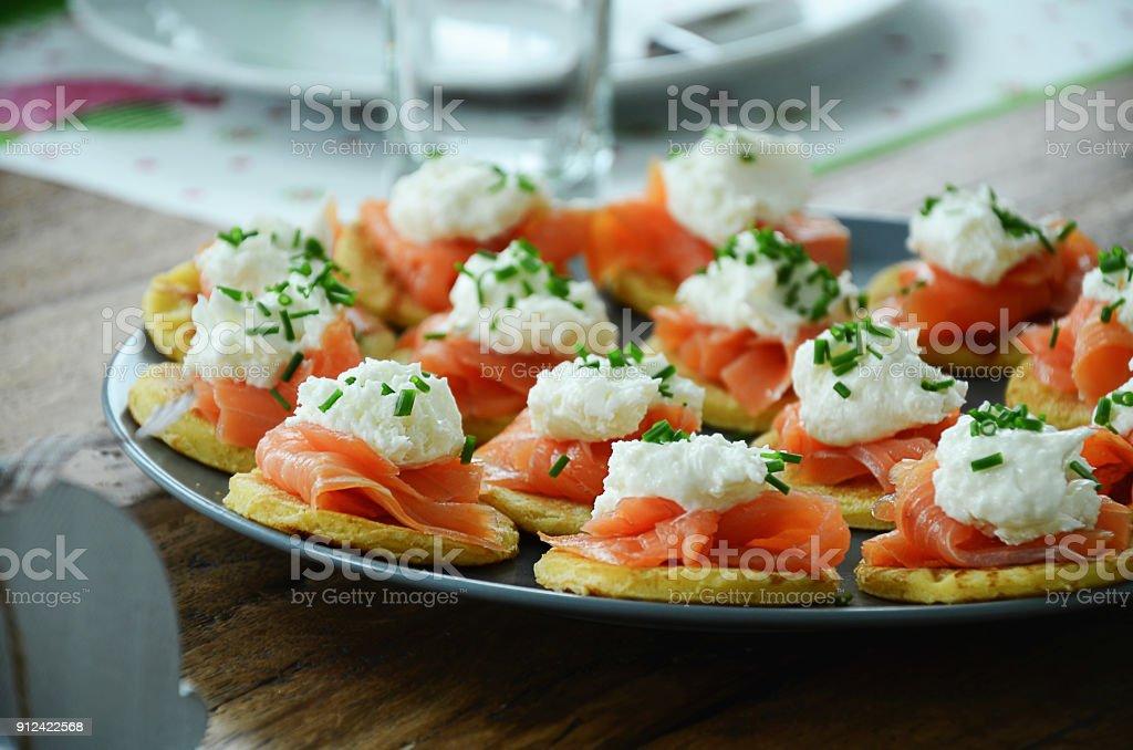 Fumé le saumon en petites crêpes à la crème de raifort - Photo