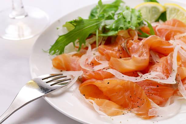 geräucherter lachs - carpaccio salat stock-fotos und bilder