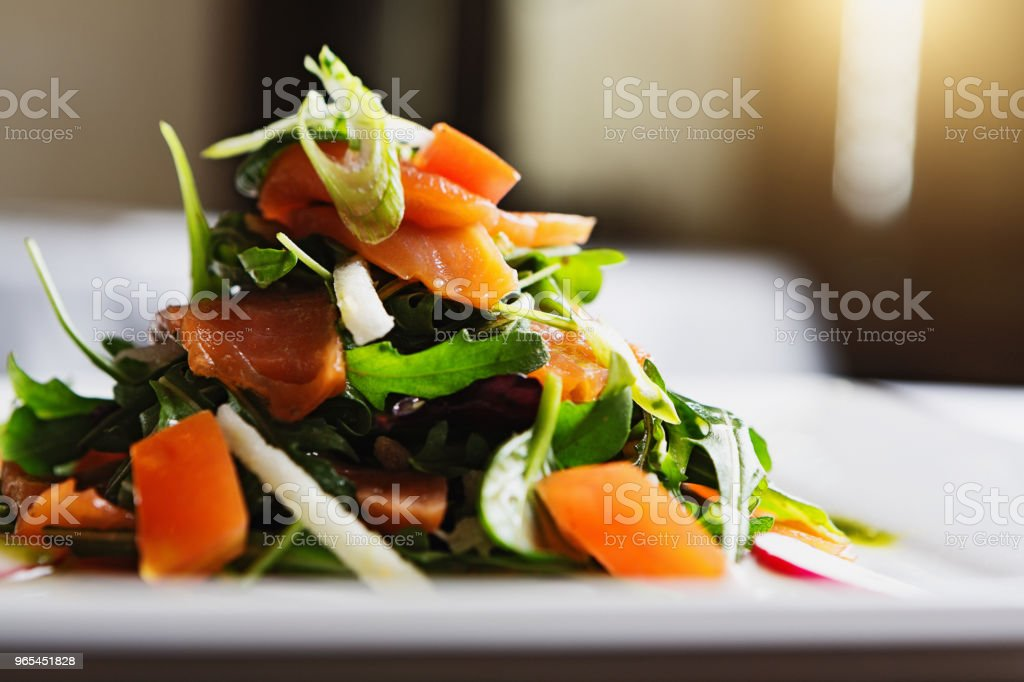 Salade de saumon empilée sur plaque de fumé - Photo de Aliment libre de droits