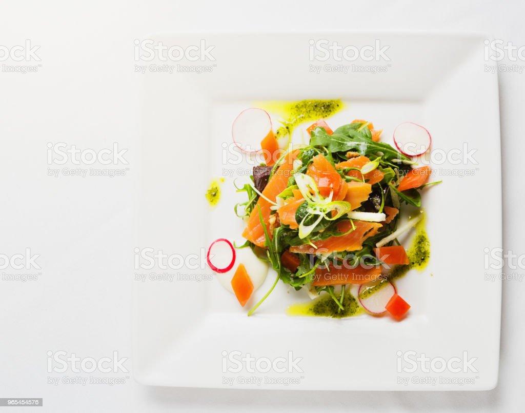Geräucherter Lachs Salat Stapel von oben gesehen - Lizenzfrei Blattgemüse Stock-Foto