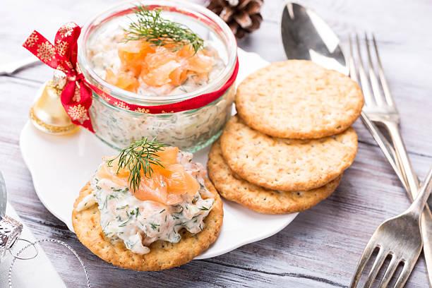 smoked salmon, soft cheese and dill spread - aufstrich weihnachten stock-fotos und bilder