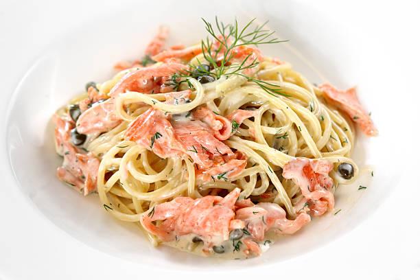 räucherlachs-spaghetti - spaghetti mit lachs stock-fotos und bilder