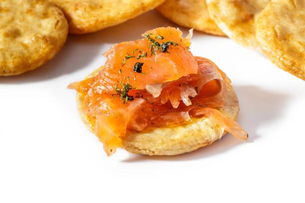 geräucherter lachs mit dill und traditionelle japanische reis-cracker (senbei) auf weißem hintergrund. - orangenscheiben trocknen stock-fotos und bilder
