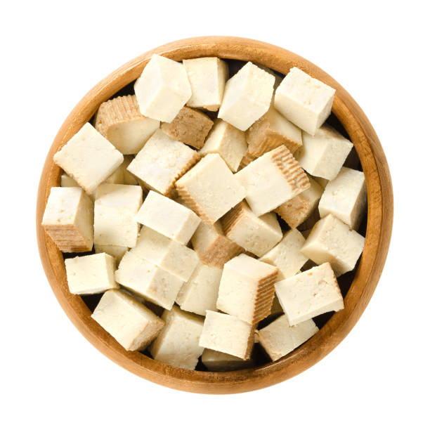 gerookte tofu blokjes in houten kom - vleesvervanger stockfoto's en -beelden