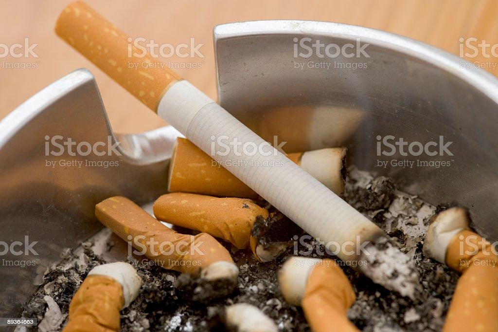 Les fumeurs Cendrier photo libre de droits