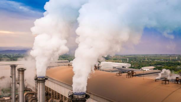 La pollution d'usine de pipe de Smokestack dans la ville, combustible de la centrale électrique de smokestacks émettent la pollution de dioxyde de carbone. - Photo
