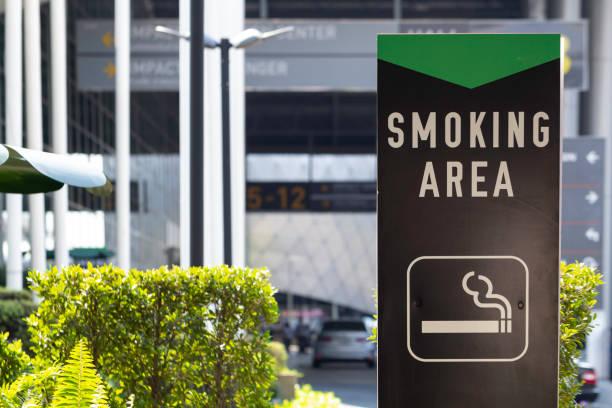 sinal de área de fumar fora do prédio. - locais geográficos - fotografias e filmes do acervo
