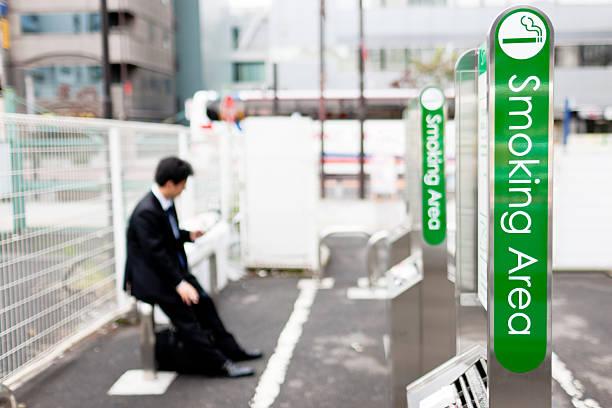 smoking area tokyo japan - mänsklig bosättning bildbanksfoton och bilder