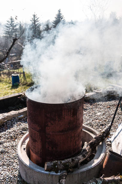 Rauchende Fass in der Mitte des Gartens – Foto