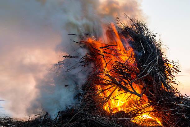 rauchen holzfeuer - osterfeuer stock-fotos und bilder