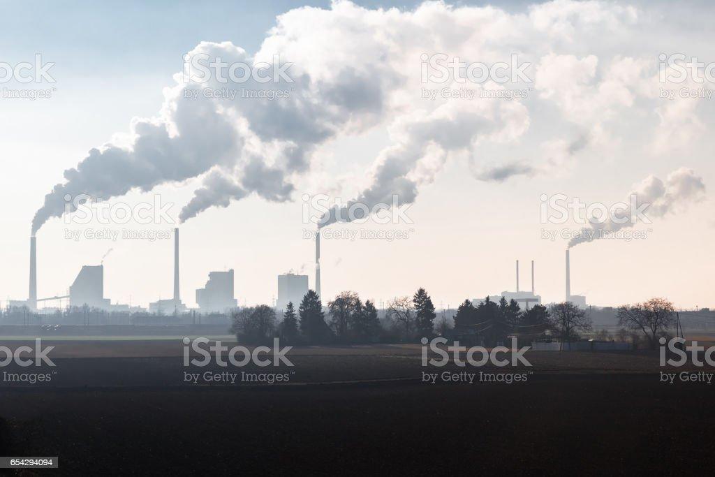Chimeneas humeantes de un carbón encendido planta de energía - foto de stock