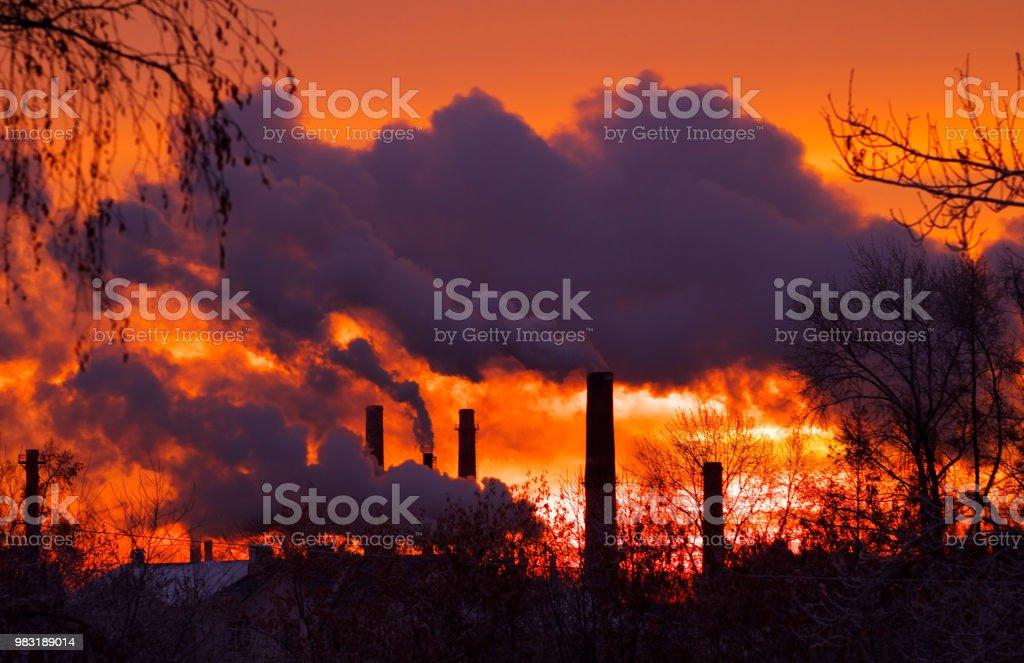 chimeneas industriales de fábrica de fumar por la mañana contra la salida del sol - foto de stock