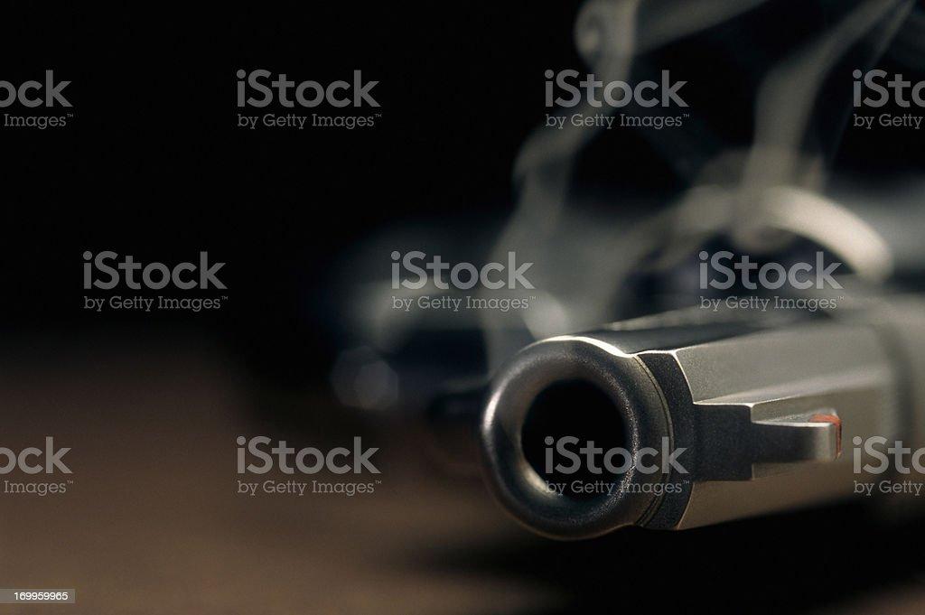 Pistola para fumadores están recostadas en el piso, revólver - foto de stock