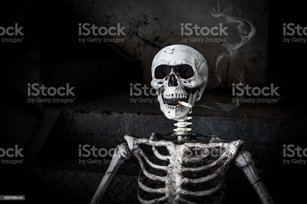 Squelette humain avec cigarette FUMEUR - Photo