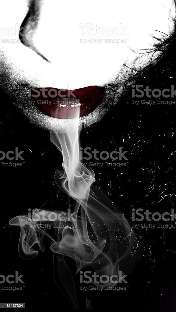 Lèvres de fille gothique, FUMEUR - Photo