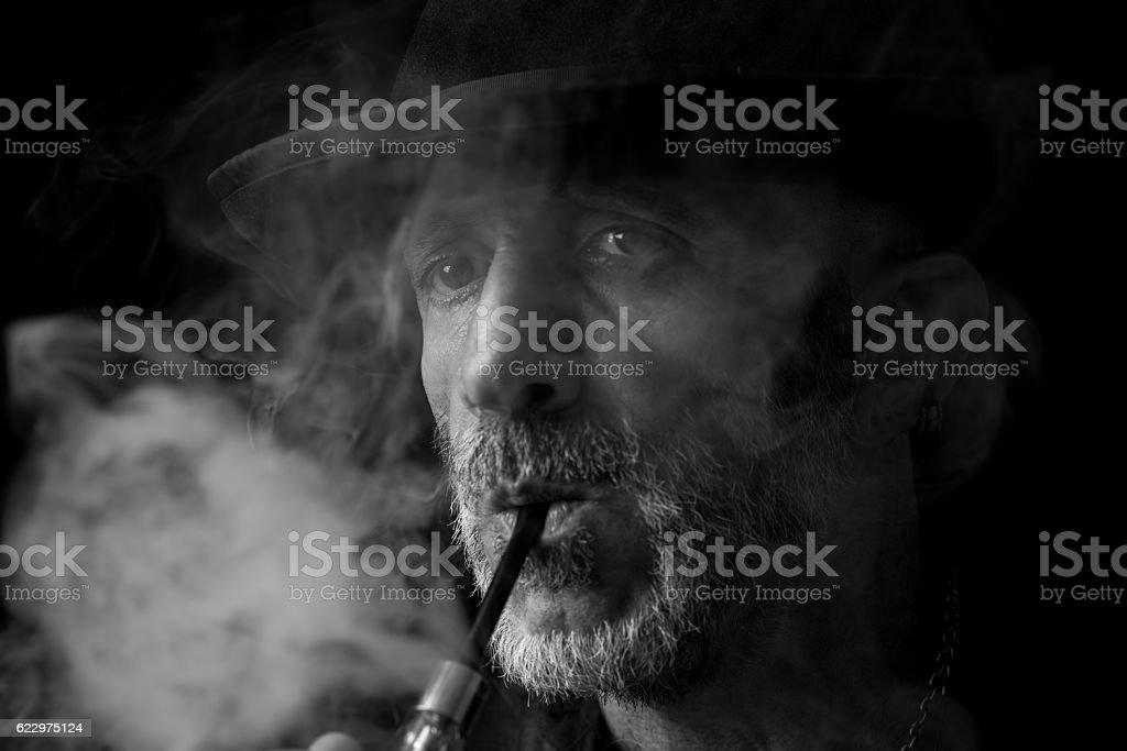 Fumar homem Retrato - foto de acervo