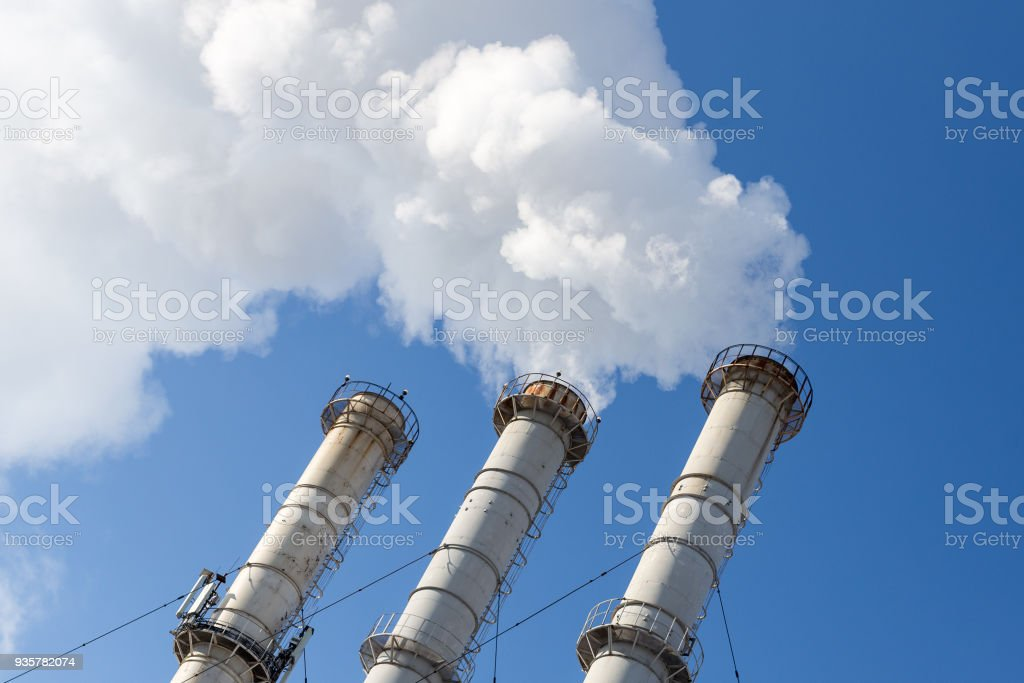 Pipas de fumar hacer nubes sobre fondo de cielo azul. Contaminación del aire dióxido. Contaminación del medio ambiente - foto de stock