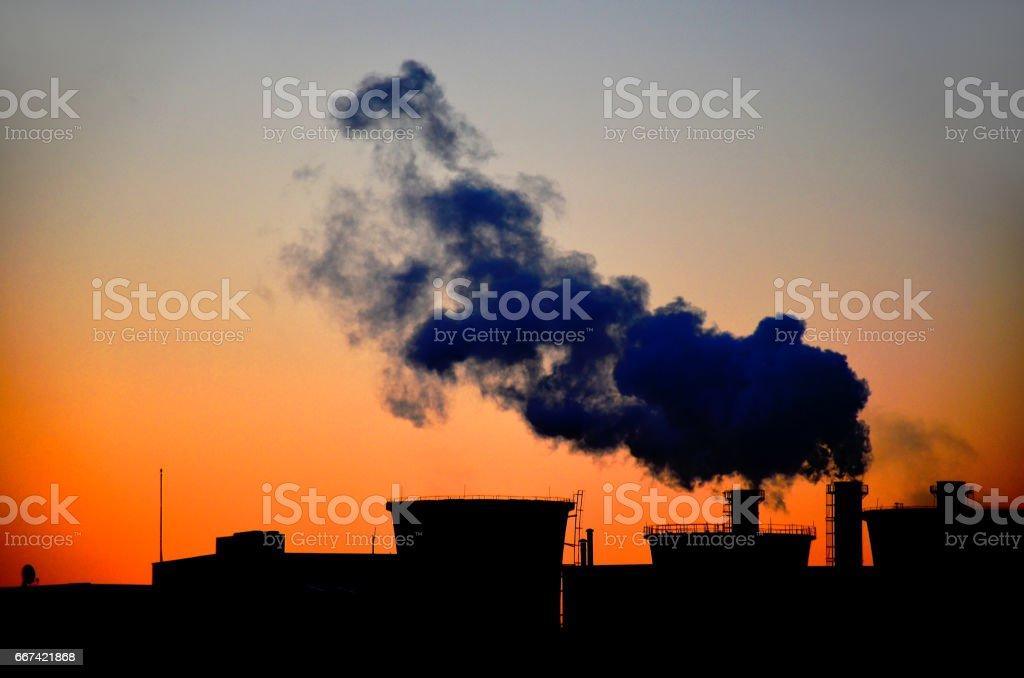 Roken elektriciteitscentrale met de prachtige zonsopgang foto