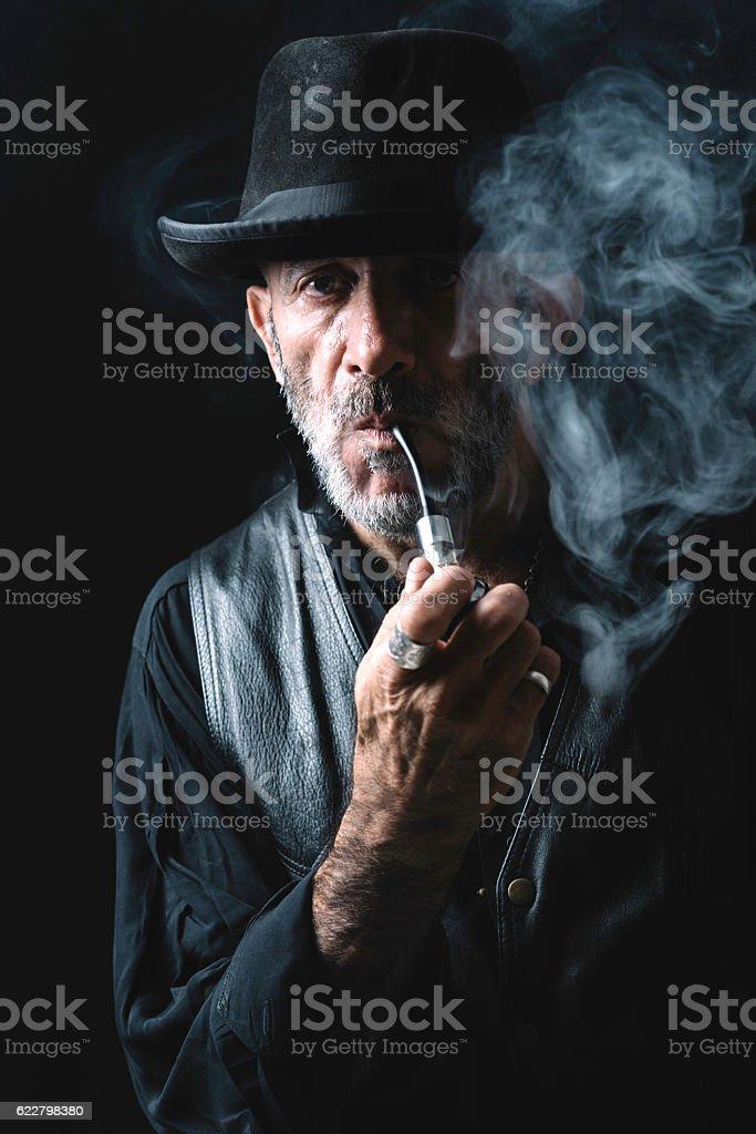 Smoking the pipe - foto de acervo