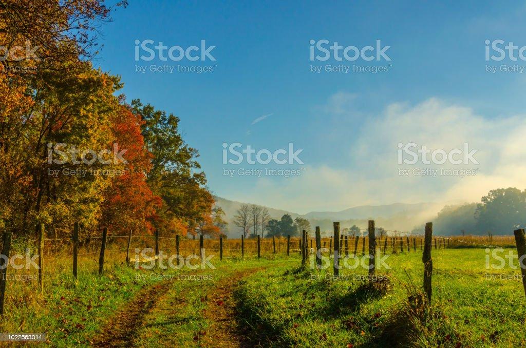 Esfumaçado montanhas Outono neblina e sol foto de stock royalty-free