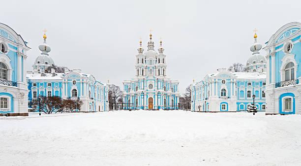 smolny-kathedrale in st. petersburg, russland - russisch orthodoxe kirche stock-fotos und bilder