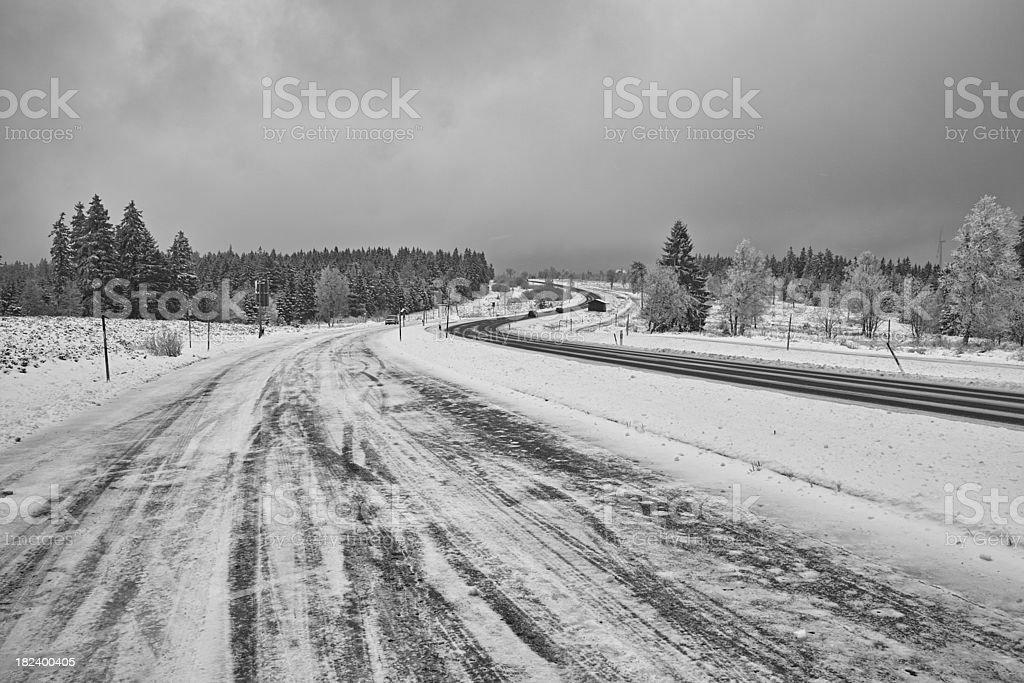 Glatte eisigen schneebedeckten und Straße im winter Zeit – Foto