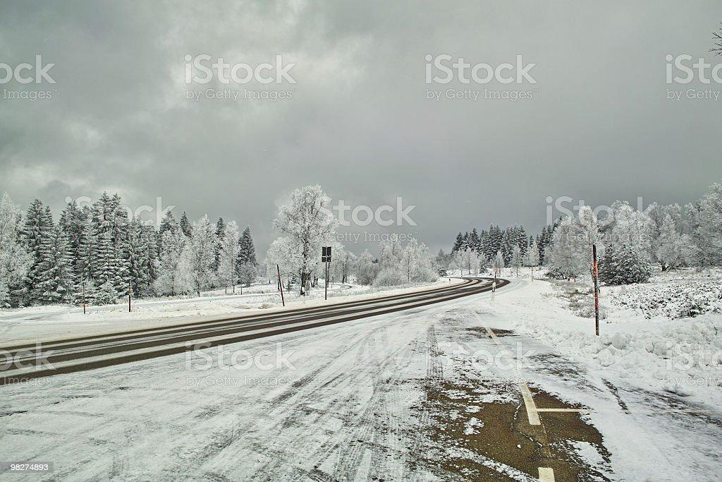Liscio ghiaccio e neve coperto strada in inverno tempo foto stock royalty-free