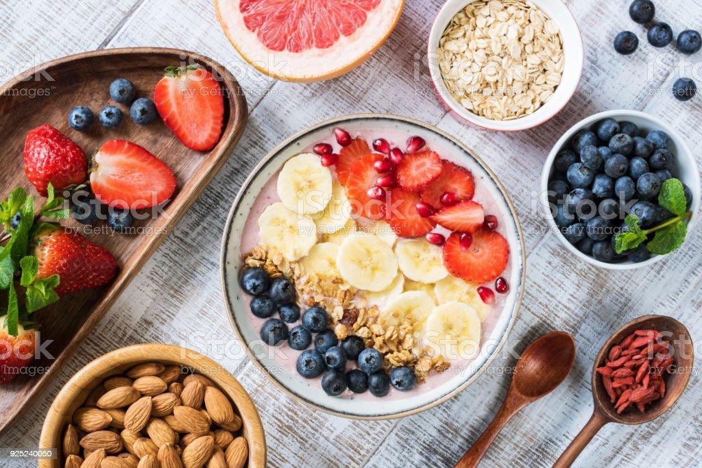 바나나, 딸기, 블루베리, 그 라 놀라와 석류 스무디 그릇 - 로열티 프리 0명 스톡 사진