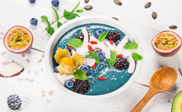 smoothie-schüssel mit frischen beeren, nüssen, samen, obst und gemüse - chia samen pudding stock-fotos und bilder