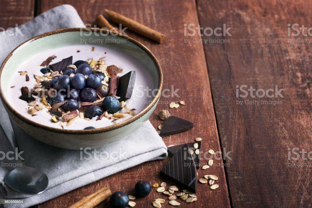 Tigela de batido com iogurte natural, frutas frescas e cereais - Foto de stock de Alimentação Saudável royalty-free