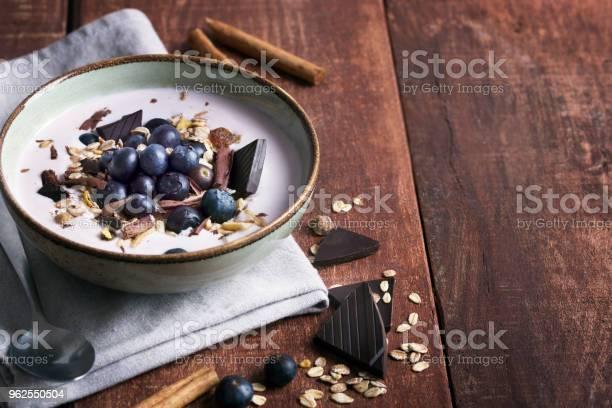 Foto de Tigela De Batido Com Iogurte Natural Frutas Frescas E Cereais e mais fotos de stock de Alimentação Saudável