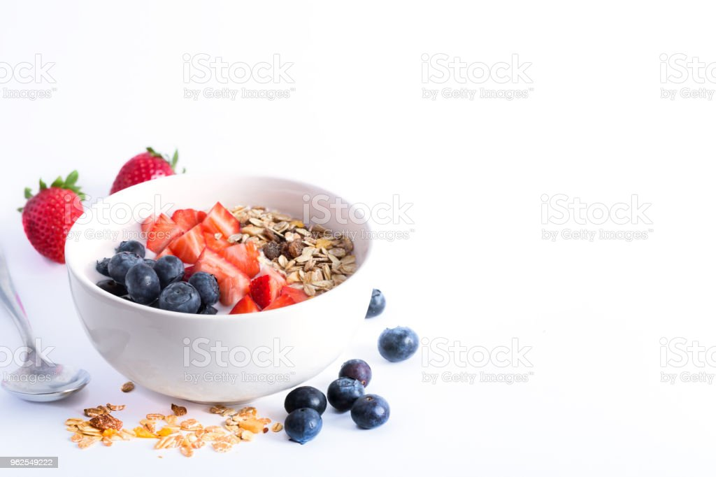 Tigela de batido com iogurte, frutas frescas e cereais. Isolado no fundo branco - Foto de stock de Alimentação Saudável royalty-free