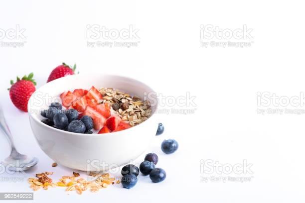 Foto de Tigela De Batido Com Iogurte Frutas Frescas E Cereais Isolado No Fundo Branco e mais fotos de stock de Alimentação Saudável