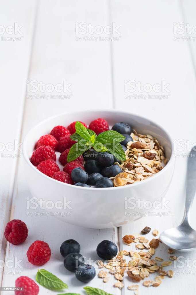 Smoothie bowl with yogurt, fresh berries and cereal - Royalty-free Berry Stock Photo