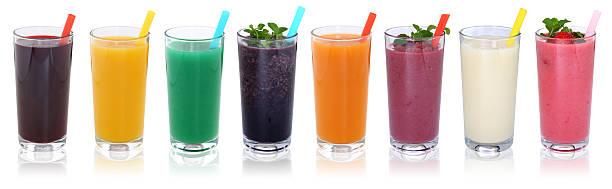smoothie de fruits et de jus de fruits, smoothies et boissons dans une rangée - jus de fruit photos et images de collection