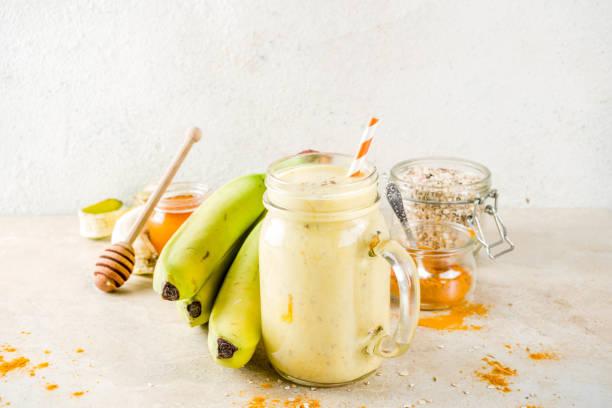 Smoothie mit Banane, Haferflocken und Kurkuma – Foto