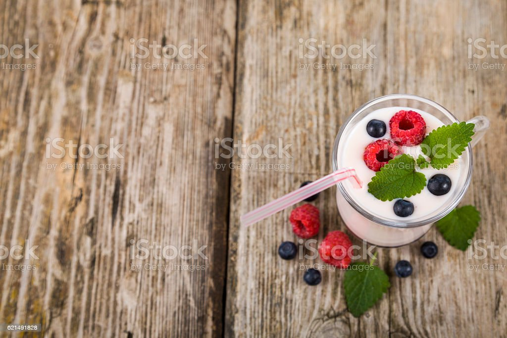Smoothie with blueberries and raspberries on a wooden table photo libre de droits