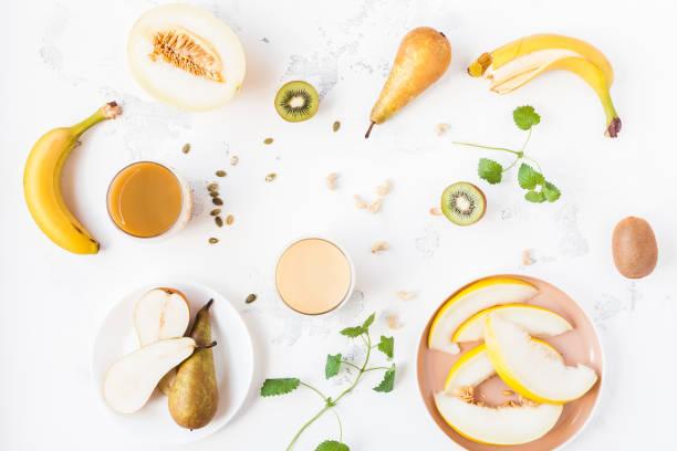 smoothie mit banane, birne, kiwi, melone. flach legen, top aussicht - melonenbirne stock-fotos und bilder