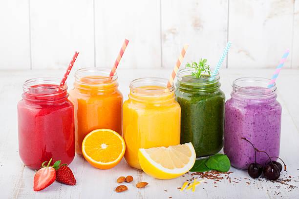 fruchtshakes, säfte, alkoholfreie getränke, getränke auswahl - einmachglassmoothie stock-fotos und bilder