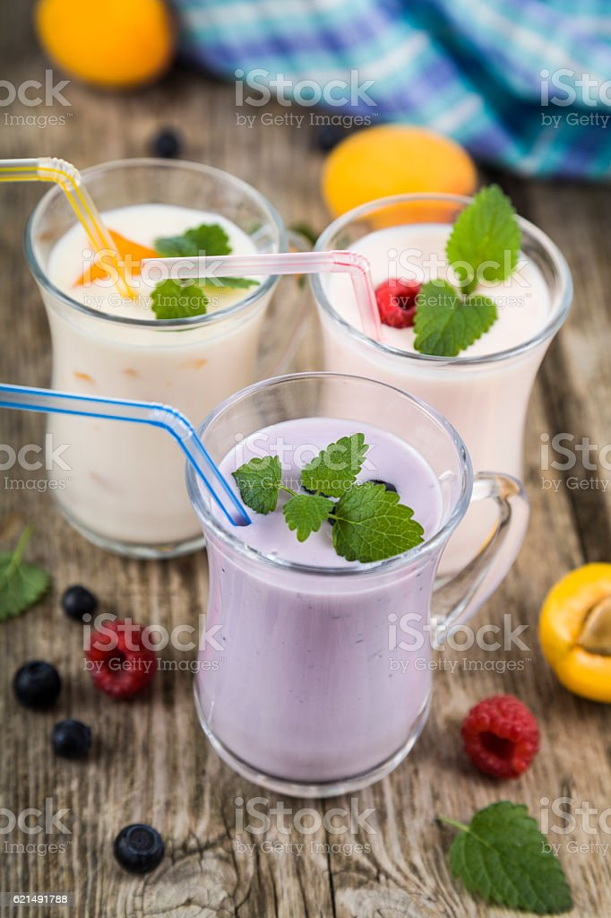 Smoothies with fresh berries on a wooden table photo libre de droits
