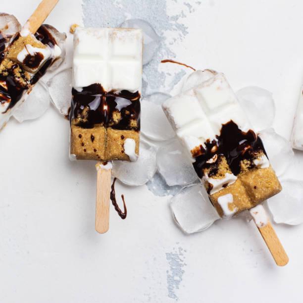 smore eis am weißen stein tisch - käsekuchen kekse stock-fotos und bilder