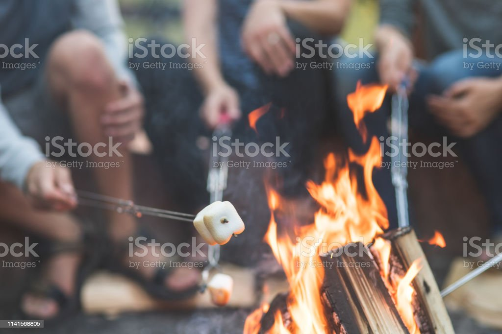 Smores by the campfire - Royalty-free Acampar Foto de stock