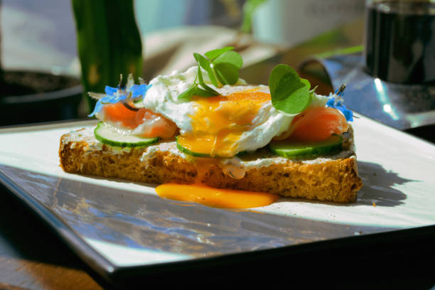 Smorrebrod, Sandwich Abierto Danés con Salmón Ahumado, cuadrado con huevo escalfado - foto de stock