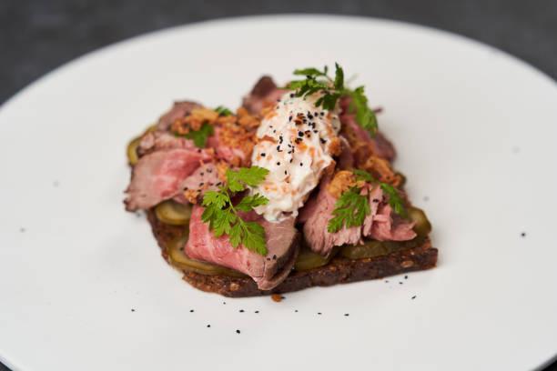 斯莫雷布羅德烤牛肉和白盤上的改性醬圖像檔